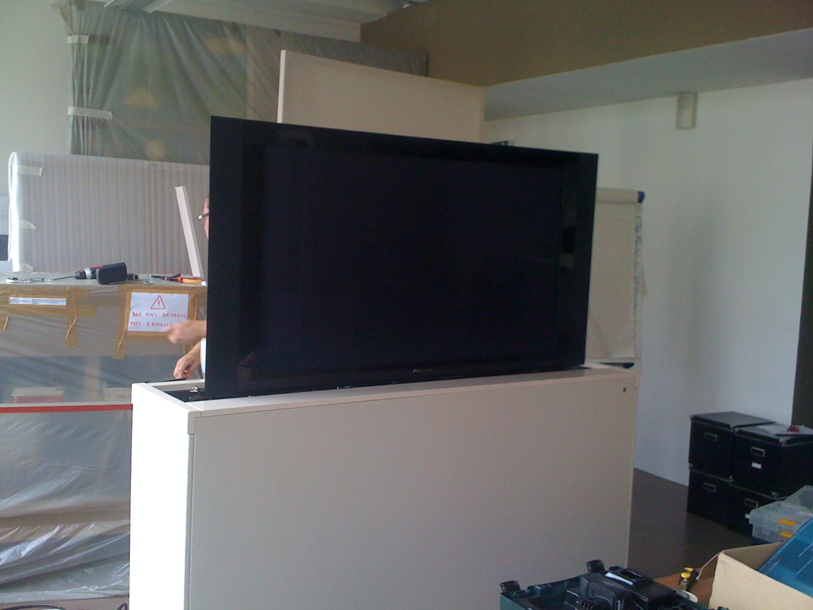 meuble tv qui monte et descend mobilier design d coration d 39 int rieur. Black Bedroom Furniture Sets. Home Design Ideas