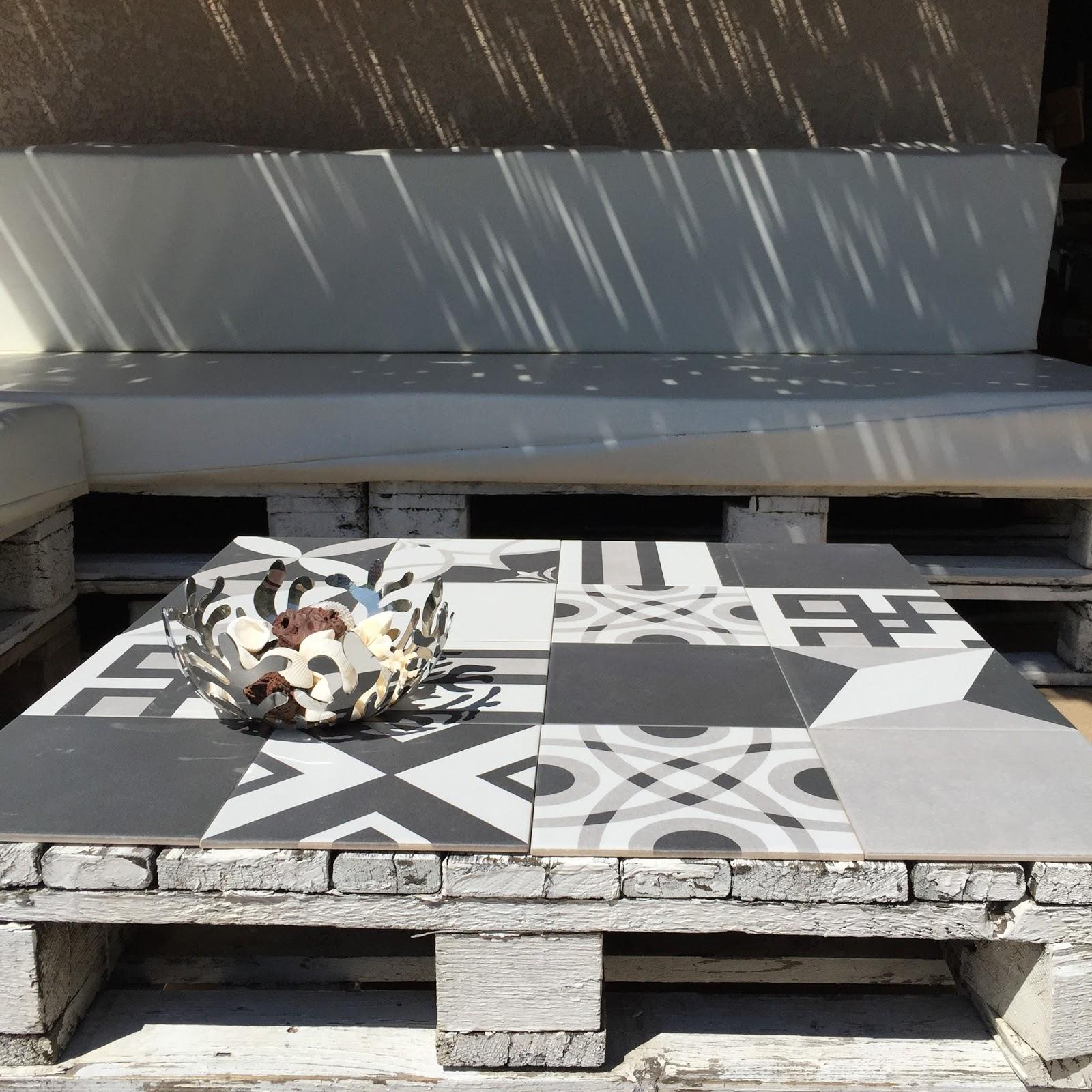 Table basse palette et carreaux de ciment