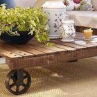 Table basse avec palette sur roulettes